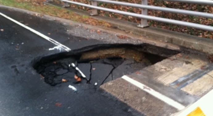 large-sinkhole-at-southbound-George-Washington-Parkway